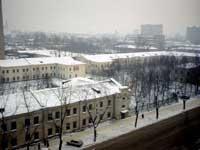 вид на плац из стоящего напротив жилого дома